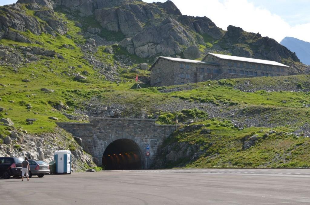 Le tunnel qui déboule sur le haut du col